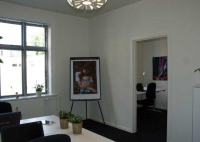 En dør adskiller de to rum i kontorlokale 30