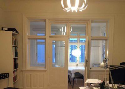 Stort glasparti mod syd giver masser af lys i lokalerne