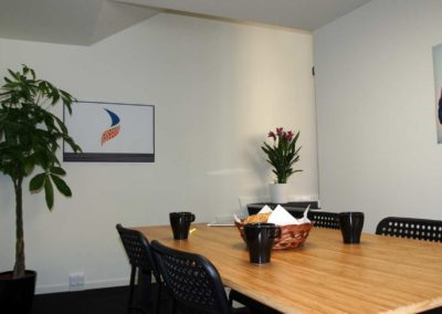 Trapper fra det store rum til det ekstra rum i kontorlokale 32