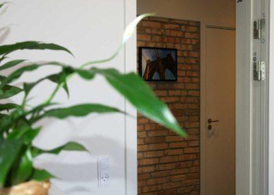 Kig fra kontorlokale 30 til gangen med de rå mursten