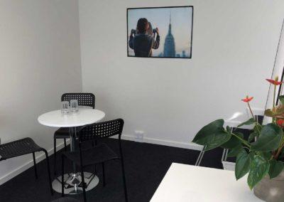 Kontor med plads til eget skrivebord og mødebord