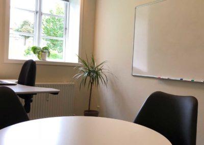 Lokalet har et mindre mødebord til to til tre personer