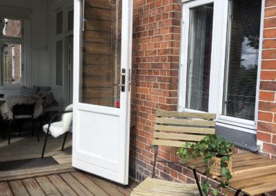 Der er adgang til Pejsestuens altan fra verandaen