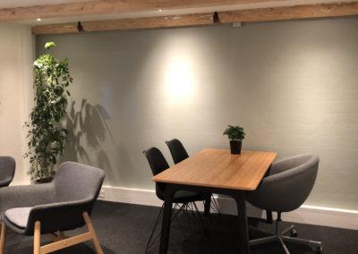 DialogRummet kan bruges som delekontor, når Roskilde skal være centrum for dine møder. Du kan arbejde ved bordet og holde samtalerne ved sofabordet.