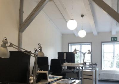 I dette kontorlokale er der højt til loftet. Kontorlokalet er placeret  i hovedbygningen - tæt på alt...