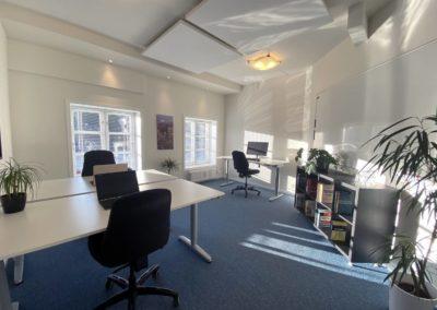 Kontorlokale 12 - akustikplader i loftet giver bedre arbejdsmiljø....