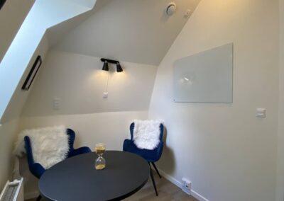 Whiteboard og to stole til kunderne i SamtaleRummet...