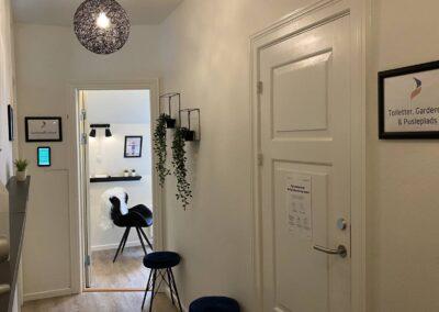 Toiletter, garderobe og pusleplads ved SamtaleRummet