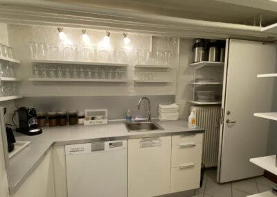 Køkken i tilknytning til kursuslokalet - så kan dine workshop-deltagere selv brygge kaffe, te eller kakao...