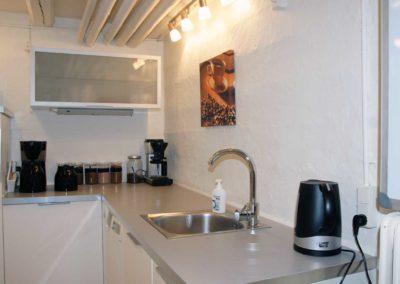 idéRummets thekøkken - her kan du brygge kaffe og the til dine mødedeltagere - eller lade os klare alt det praktiske...